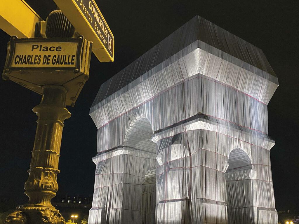 Der verhüllte Arc de Triomphe am Place Charles de Gaulle